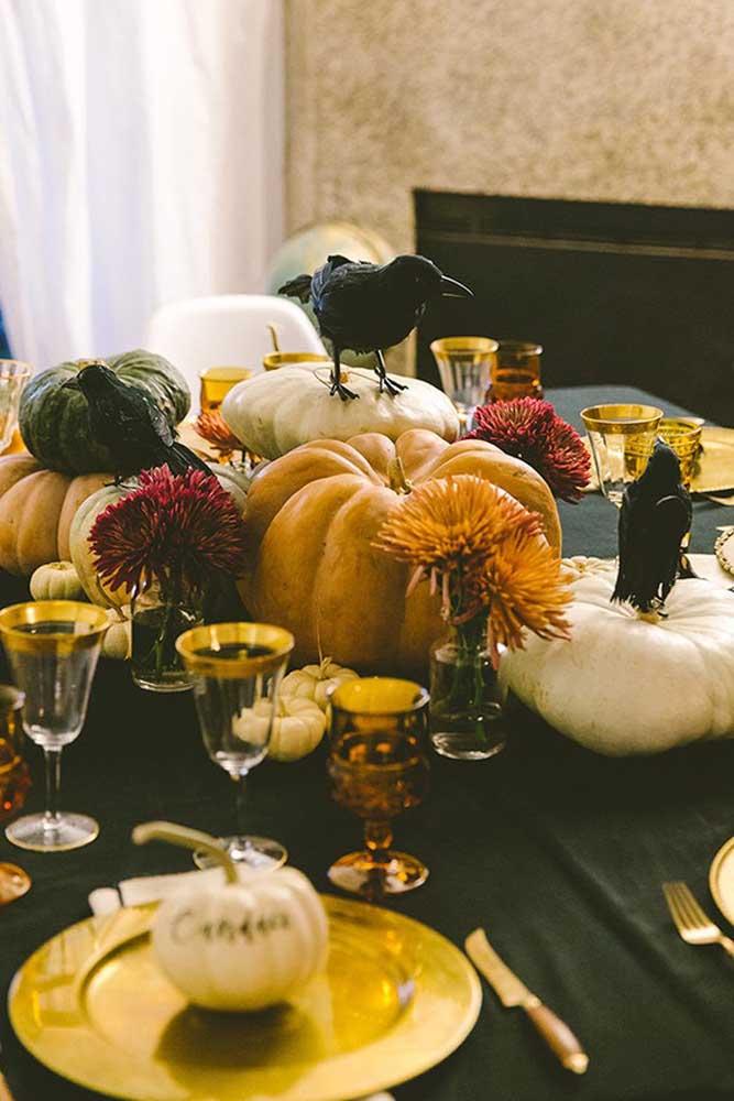 Olha que mesa mais requintada para servir o jantar da noite de Halloween.