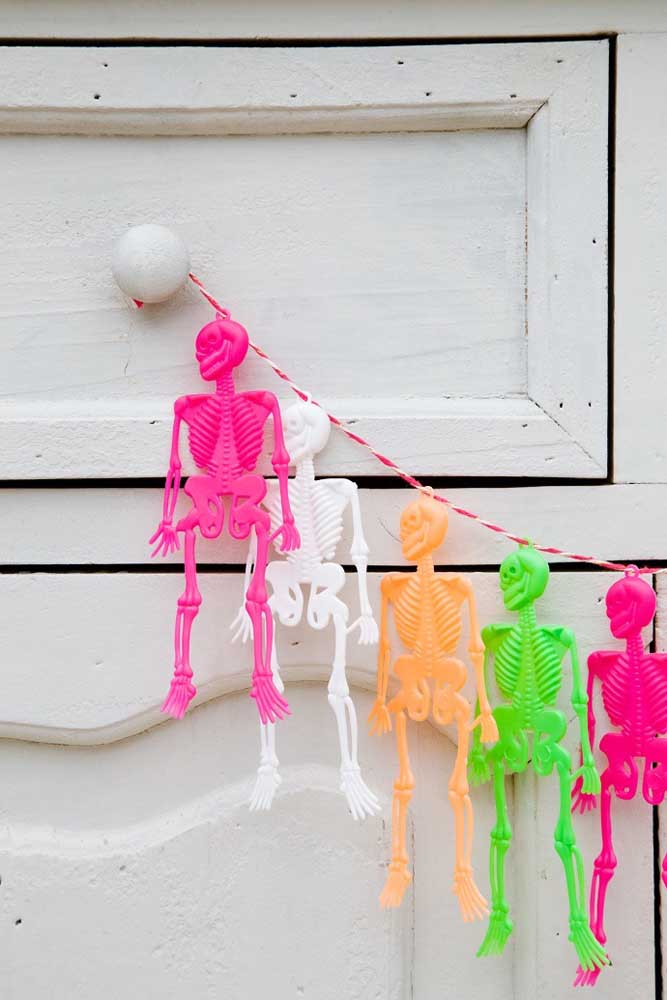 Quer deixar a festa mais animada? Pendure caveiras coloridas.