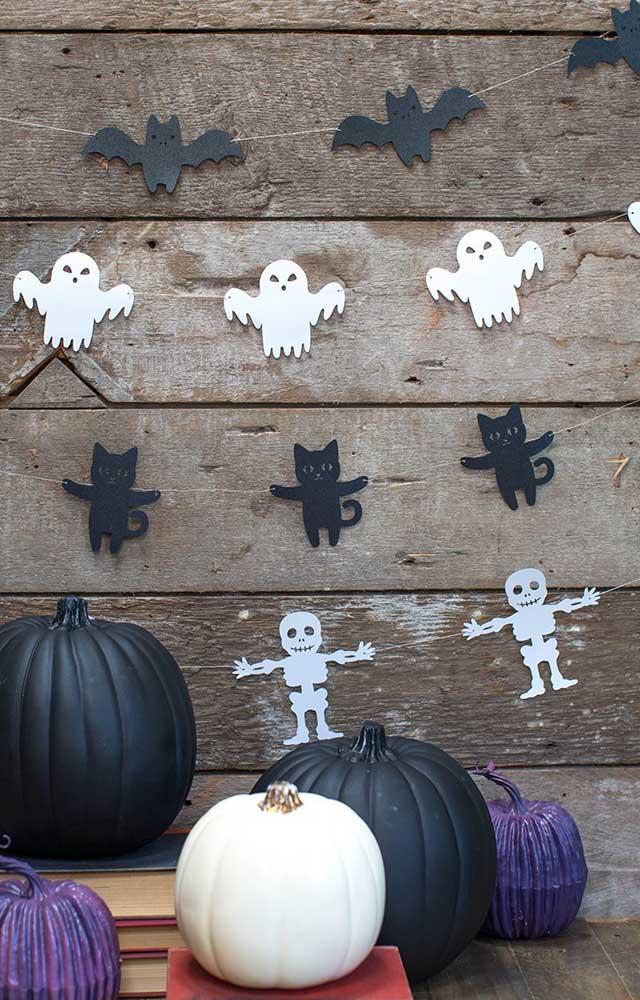Faça uma parede com fantasmas, gato preto e caveira.