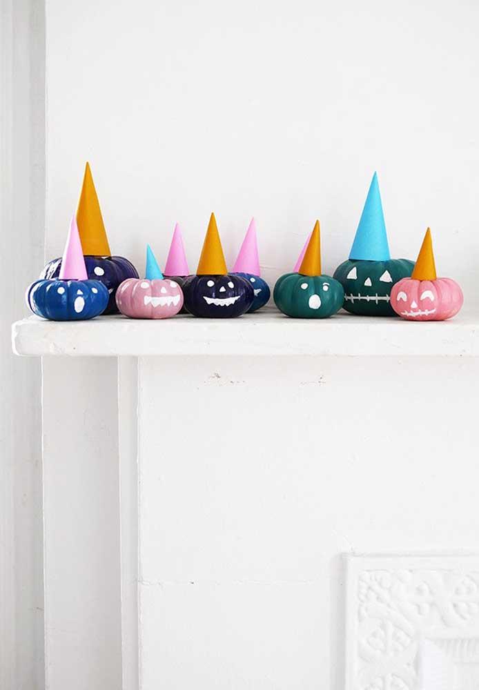 Com apenas balões e papéis é possível fazer uma decoração halloween simples.