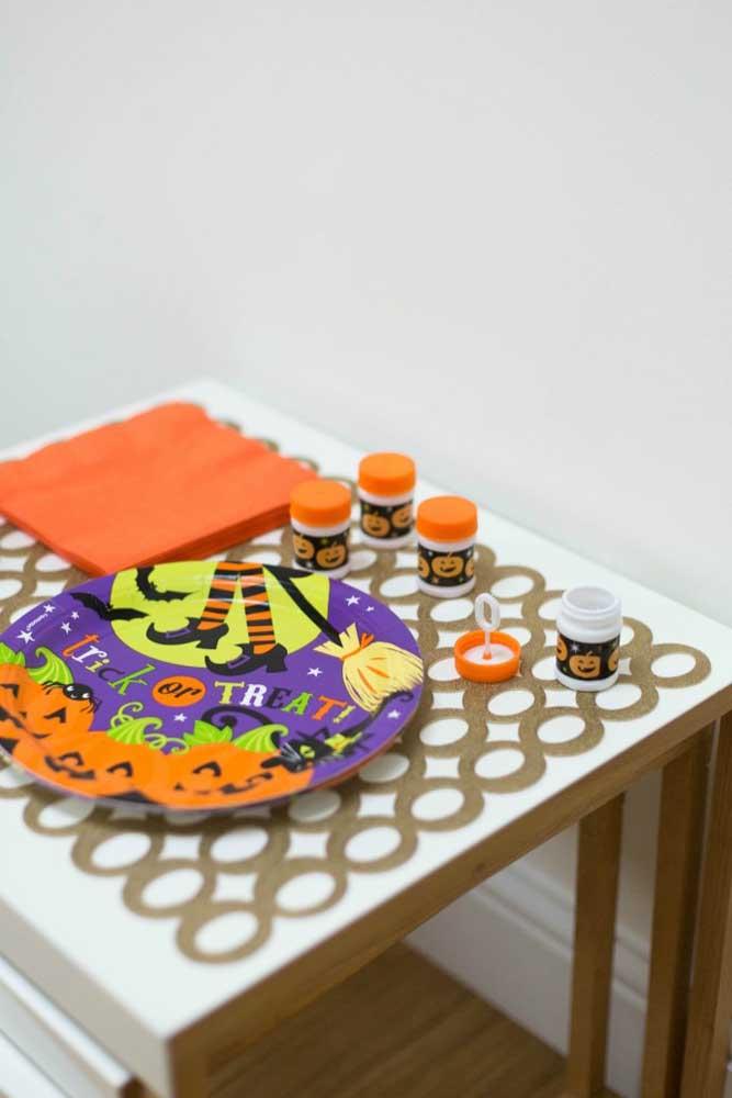 Você pode fazer um cantinho da pintura para as crianças soltarem a criatividade no Dia das Bruxas.