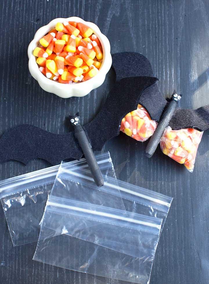 Faça você mesmo as embalagens das guloseimas que serão distribuídas no Halloween.
