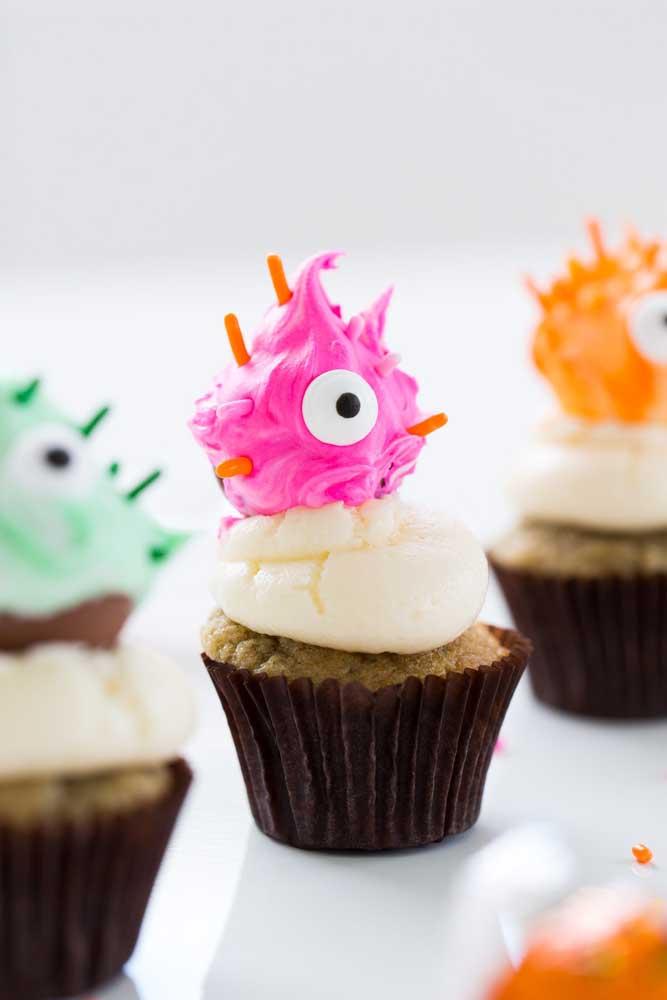 Que tal colocar uma carinha assustadora como essa no topo do cupcake?