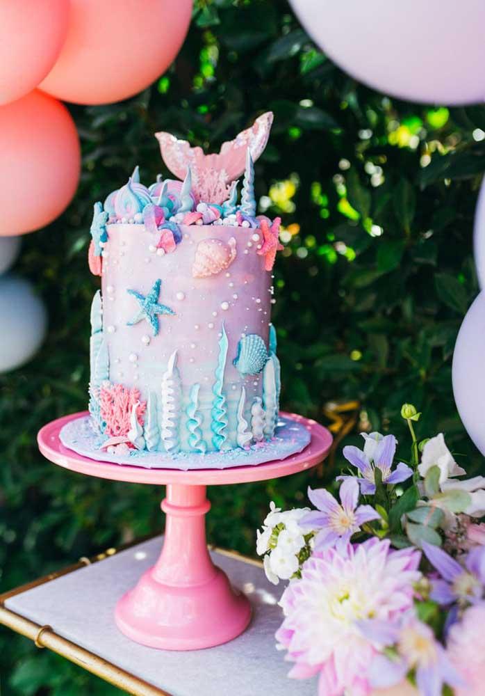 Olha o topo de bolo sereia cheio de elementos decorativos.