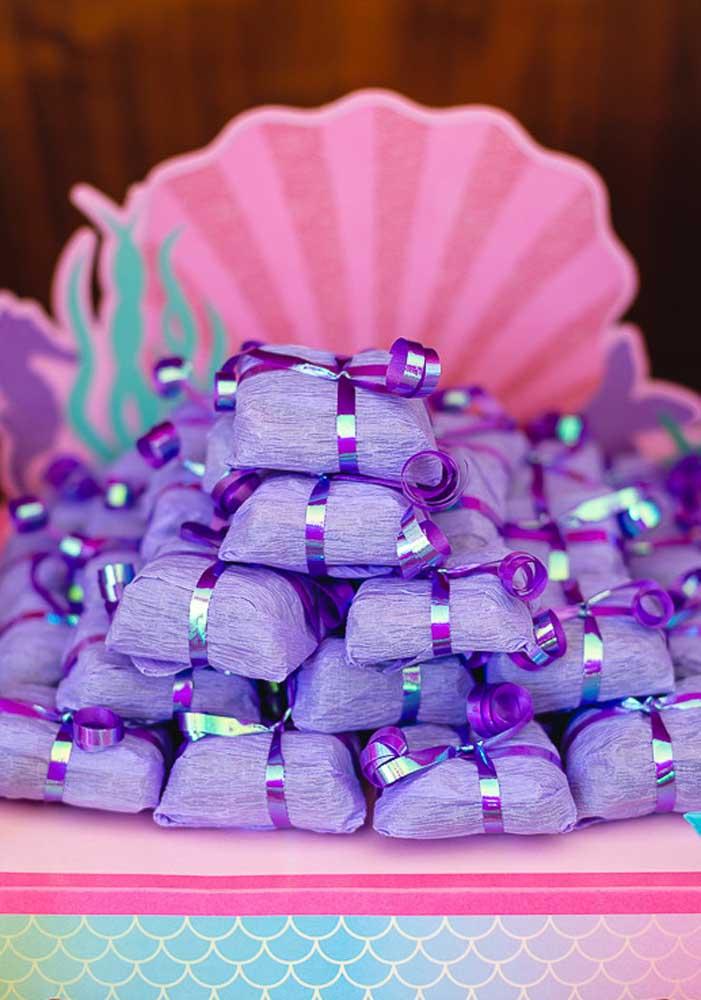 Você mesma pode embalar as guloseimas da festa usando fita e papel crepom.
