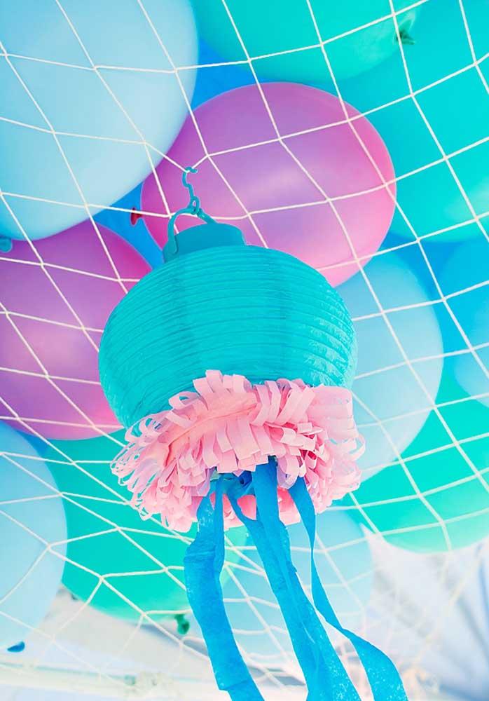Faça uma decoração com vários balões com cores que fazem parte da cartela da sereia.