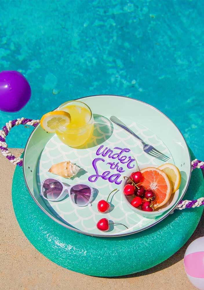 Nada melhor do que fazer uma festa sereia na piscina.