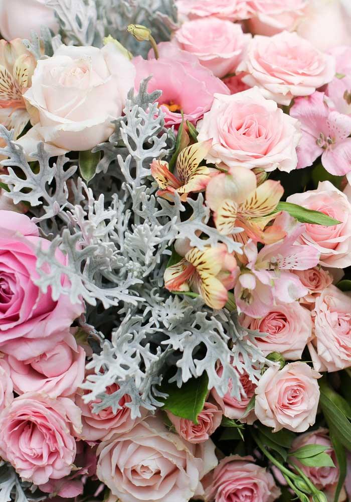 Flores são sempre bem-vindas em qualquer tipo de decoração.