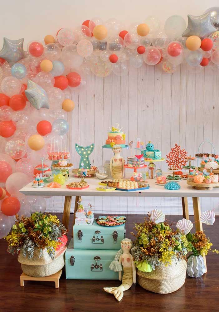 Perceba como você pode brincar com cores e itens decorativos na festa sereia.