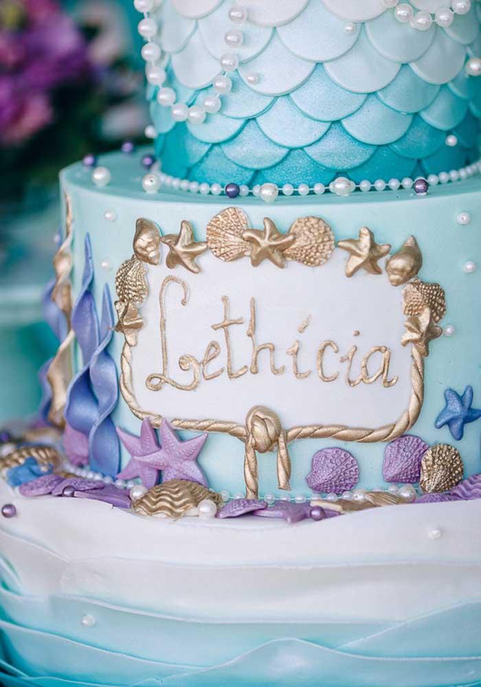 Olha que luxo esse bolo pequena sereia com o destaque para o nome da aniversariante.