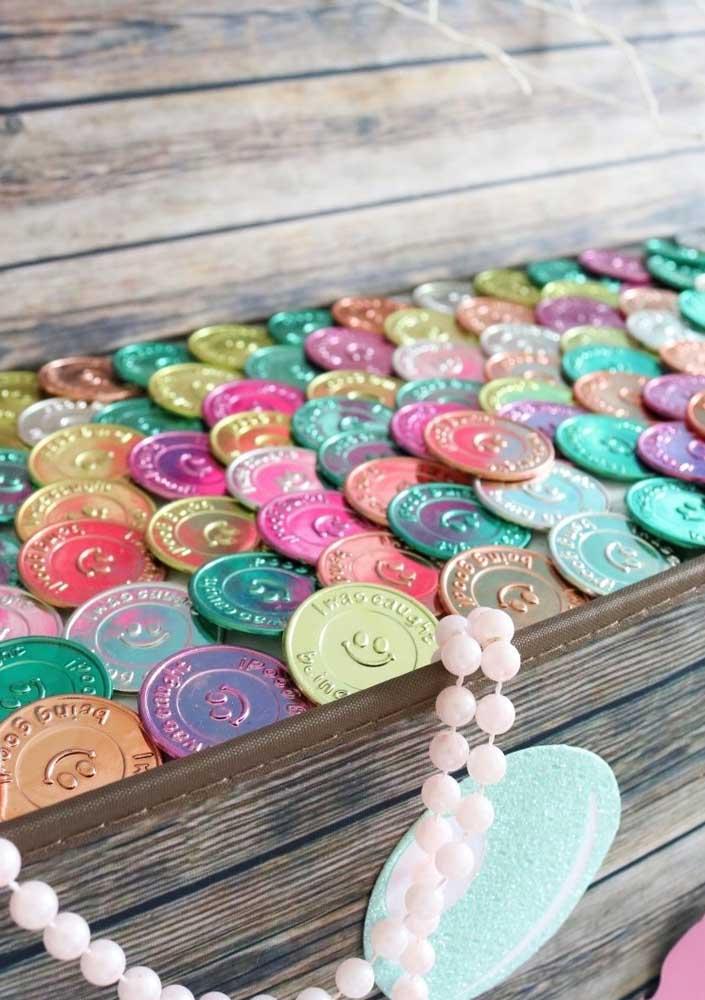 Baú cheio de moedas de chocolates.