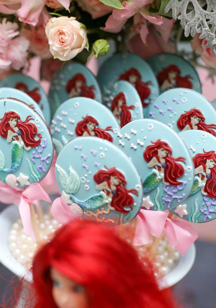 Contrate um profissional para decorar os doces da festa pequena sereia.