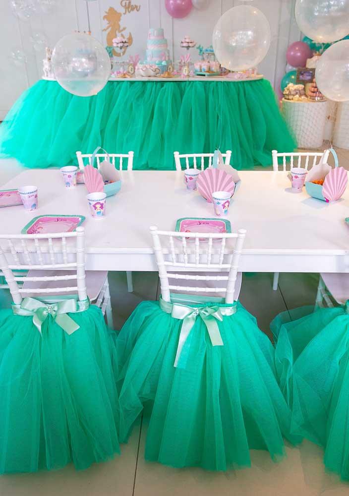 O mesmo material usado para decorar a mesa da festa sereia você pode usar para decorar as cadeiras.