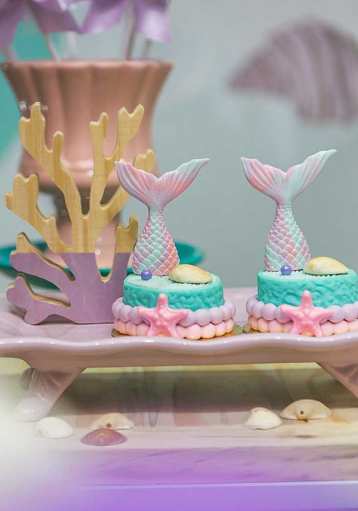 Olha esses mini bolos decorados com a cauda da sereia.