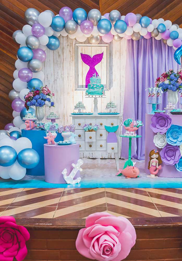 Flores e balões são os itens decorativos usados para deixar a festa sereia ainda mais especial.