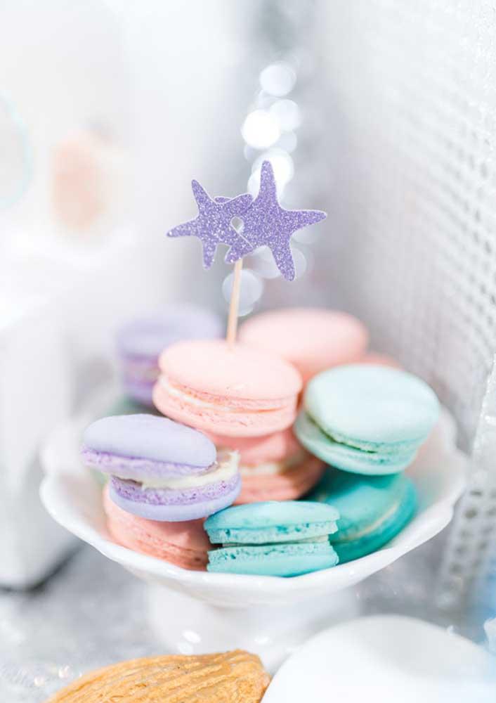 Invista em macarons coloridos para decorar o aniversário sereia.