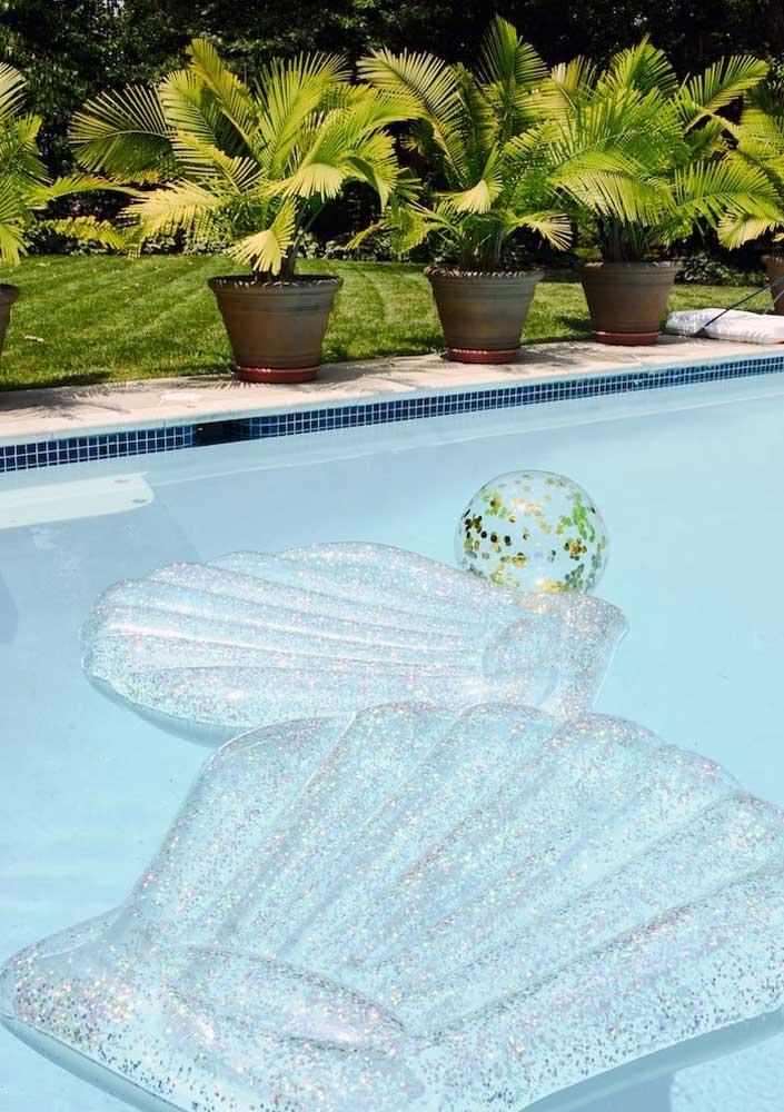 Se a festa sereia for na piscina, não pode faltar boias para as crianças. Para combinar com a decoração, compre no formato de concha.