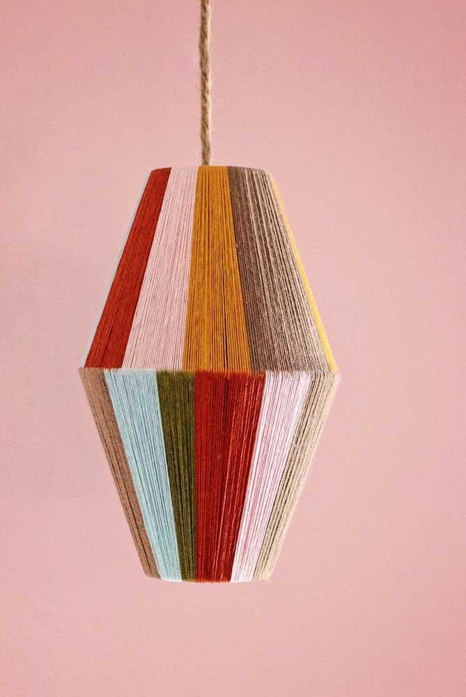 Mais uma opção de luminária de barbante colorido para você se inspirar.