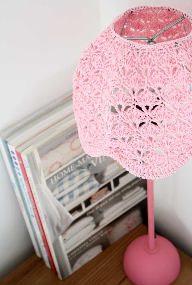 Luminária de barbante na cor rosa para iluminar o quarto feminino.