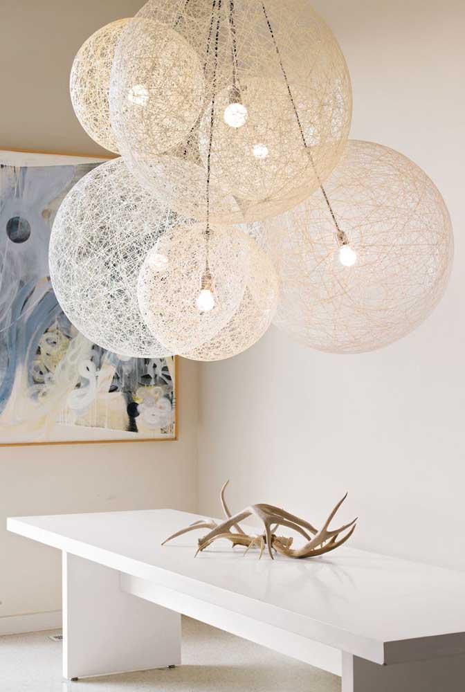 Invista no conjunto de luminárias de barbante de diferentes tamanhos.