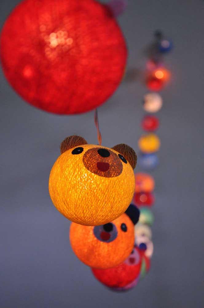 Escolha luminárias de barbante divertidas para decorar o quarto das crianças.
