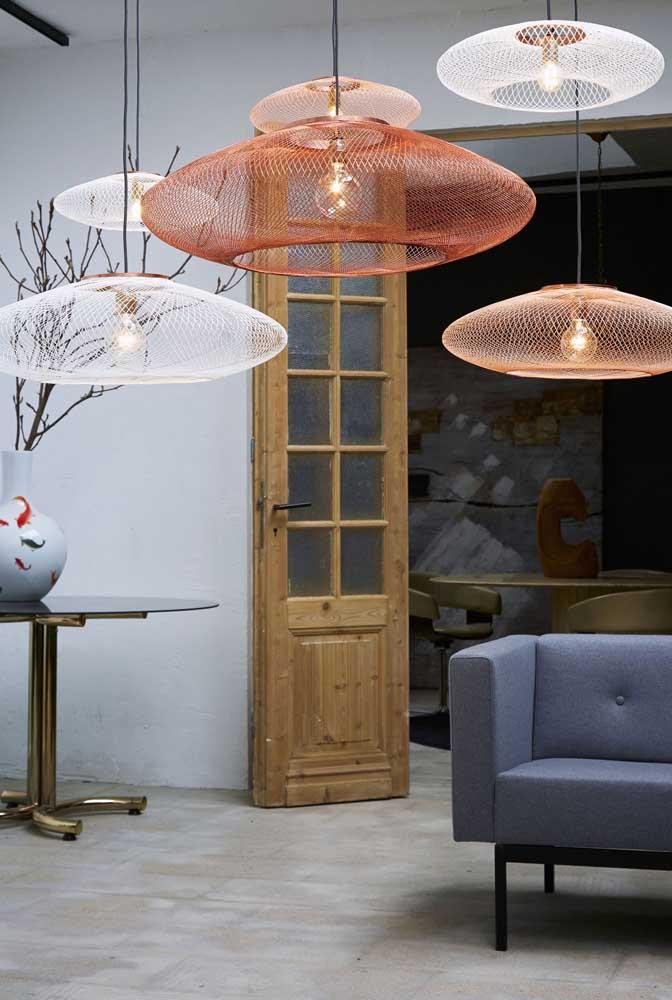 Decore a sala de estar com luminárias de barbante modernas e estilizadas.
