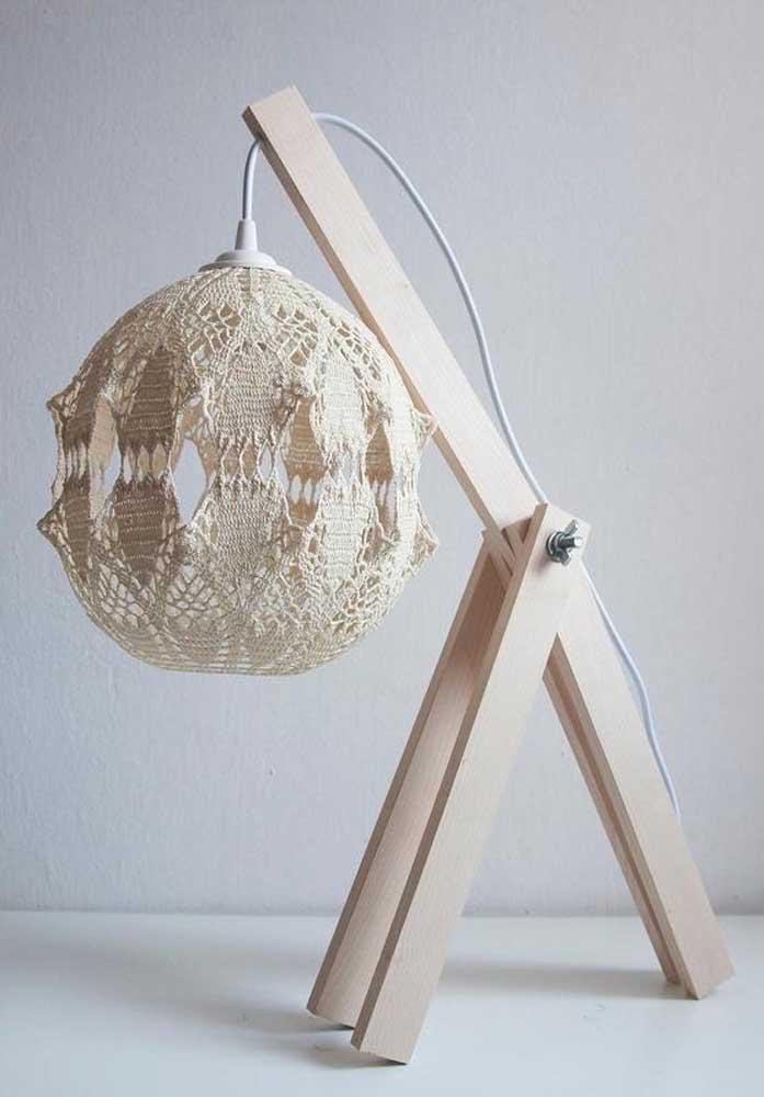 A luminária de barbante também pode ser usada na mesa.