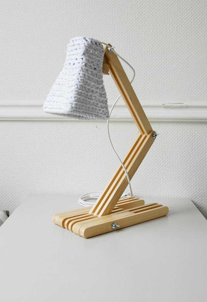 Você pode fazer uma luminária de barbante apenas para colocar na mesa de estudos.