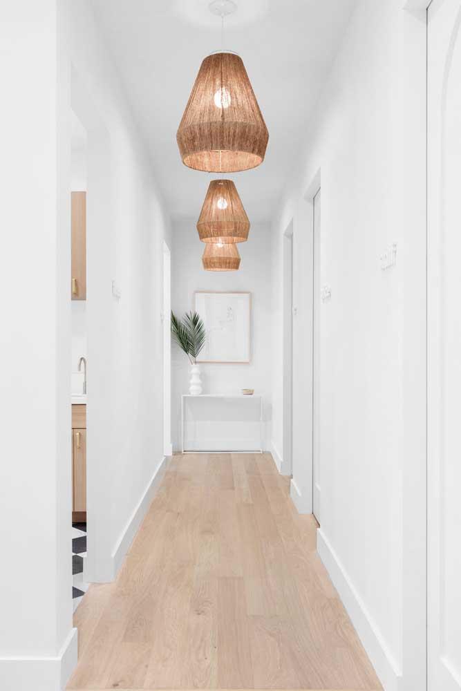Ou várias luminárias para decorar o corredor.