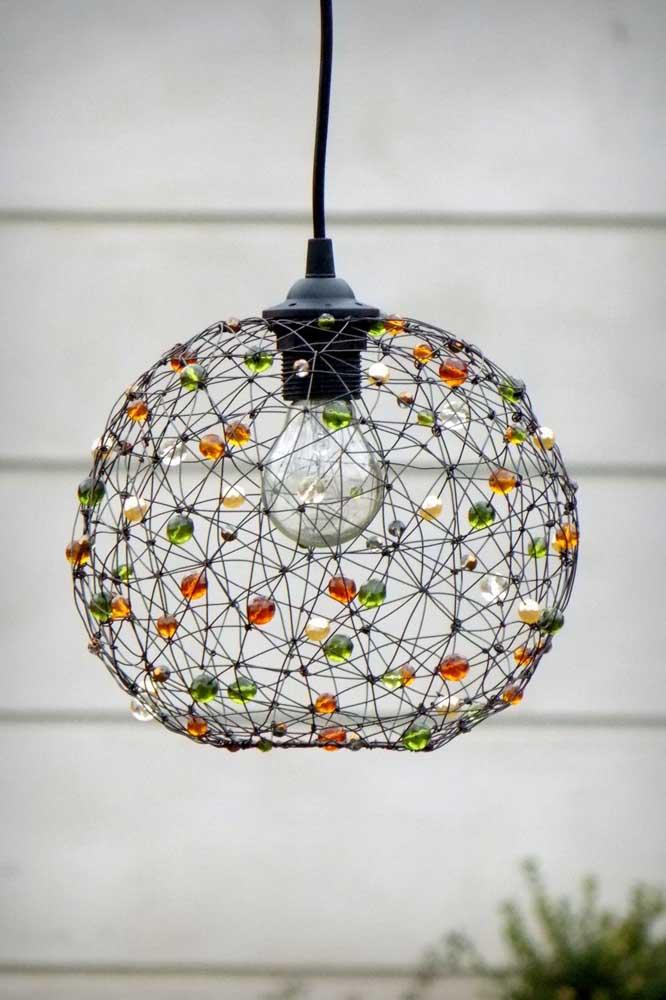 O que não faltam são opções de luminárias de barbante para você escolher na sua decoração.