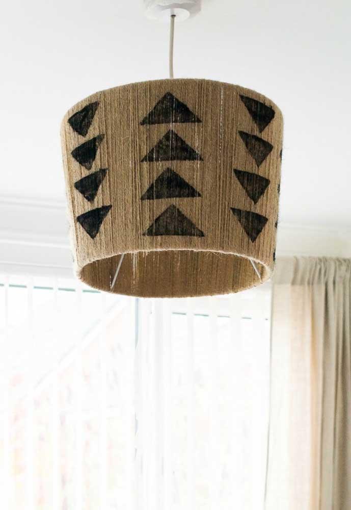 Você pode misturar vários estilos na luminária de barbante.