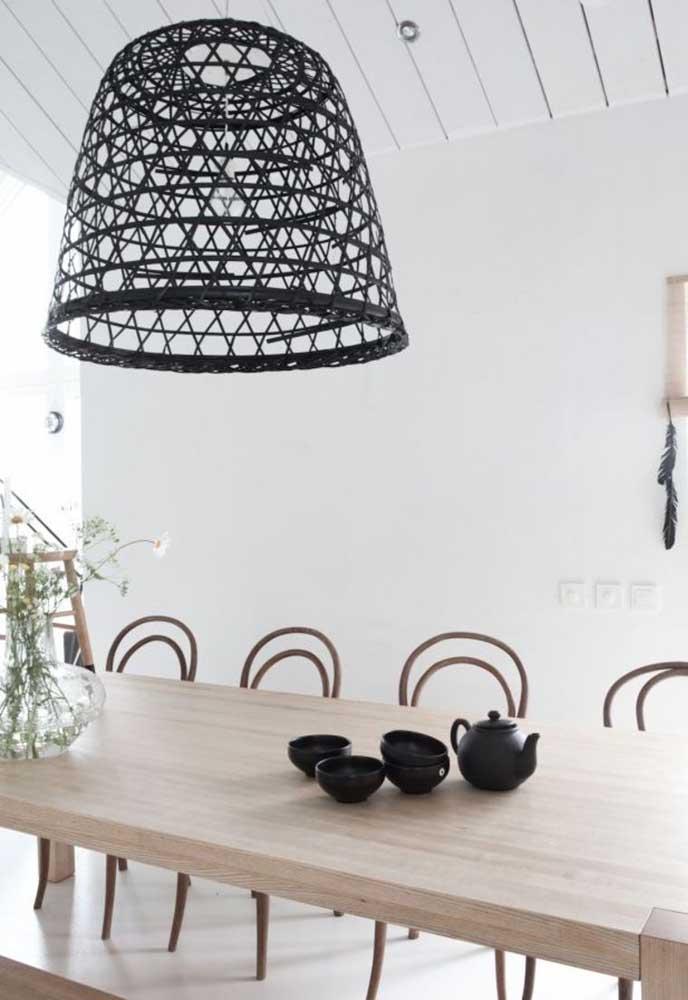 Se você quer algo mais moderno pode optar pela luminária na cor preta.