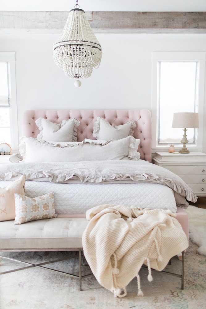 Um conjunto de cama estiloso faz toda a diferença no quarto feminino.