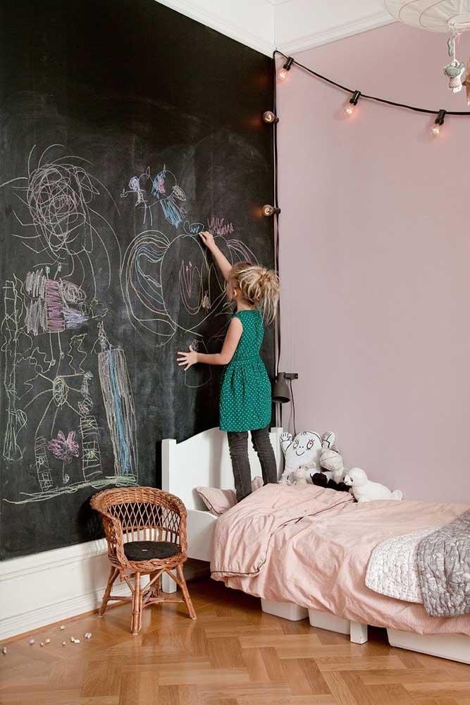 Estimule a criatividade da sua filha com a parede de lousa preta.