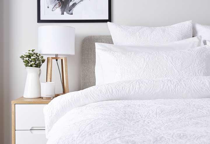 Se você quer algo mais básico e minimalista, aposte na cor branca na hora de decorar o quarto feminino.