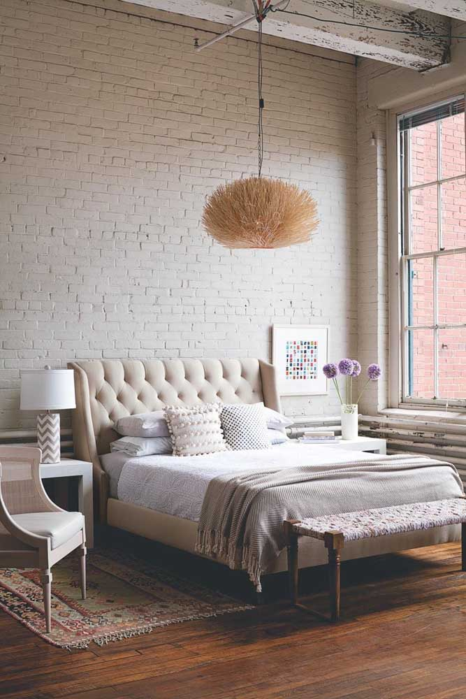 Que tal uma parede de tijolo para deixar o quarto feminino moderno?