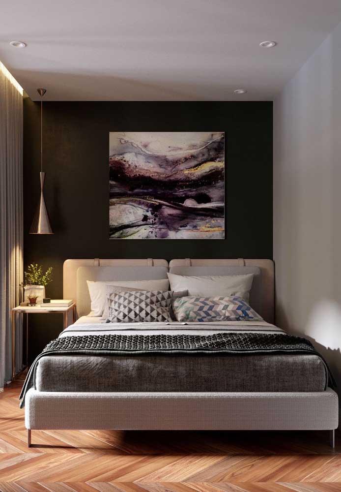 Coloque objetos decorativos como quadros na parede da cama para destacar o ambiente.