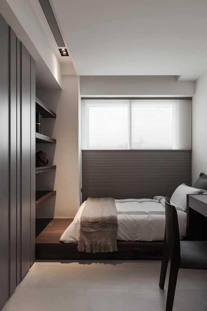 Cores sóbrias e minimalistas deixam o espaço mais amplo.