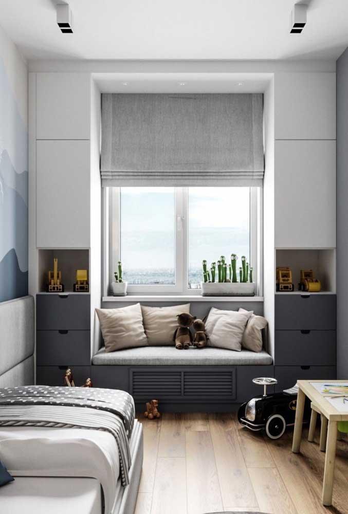 A luz natural ajuda a deixar o quarto pequeno mais amplo e arejado.