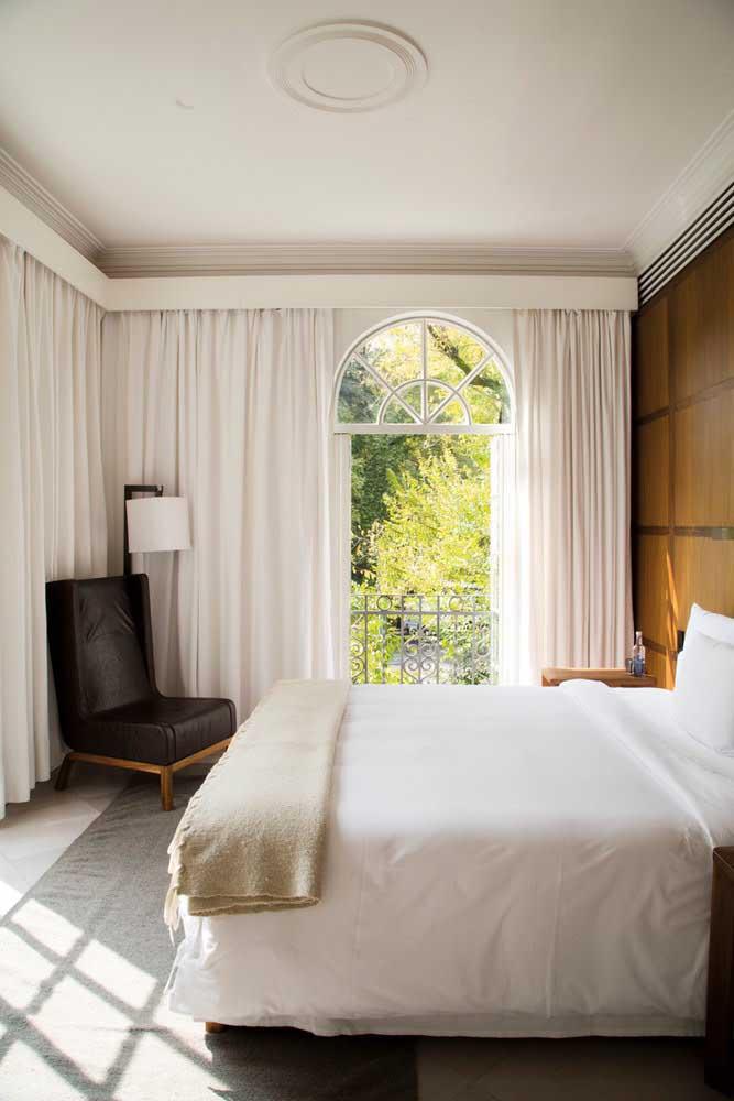 Uma cortina de cor clara ajuda a deixar o quarto pequeno sempre amplo.