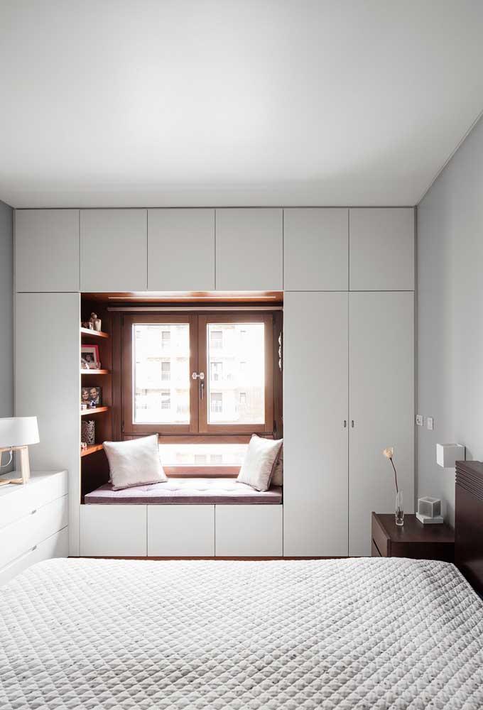 O armário do quarto pequeno precisa ser no estilo embutido para ter mais espaço.