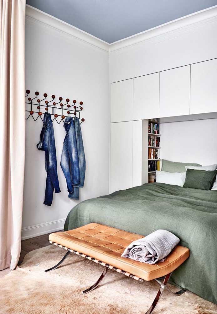 A cama pode ser encaixada no armário para ter mais espaço no quarto.