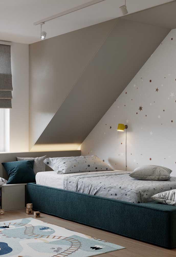 Quem não gostaria de dormir no quarto pequeno de solteiro como esse?