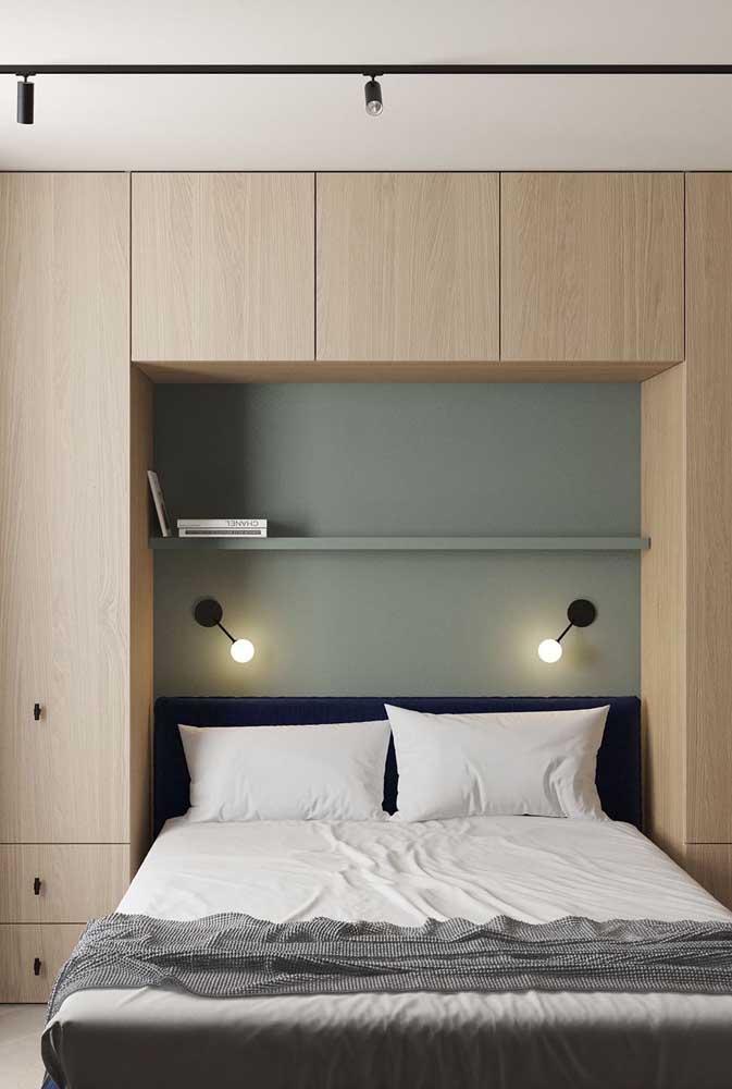 Que tal colocar uma iluminação direcionada para a cama?