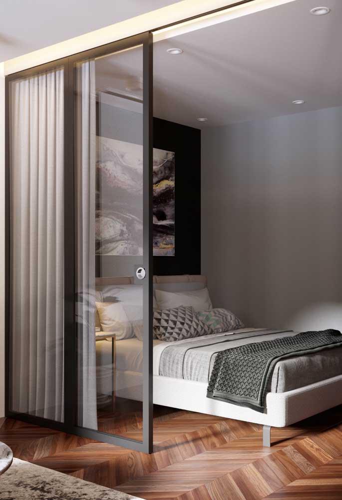 Para o quarto pequeno ter mais espaço, faça uma porta de correr de vidro para entrar e sair do ambiente.