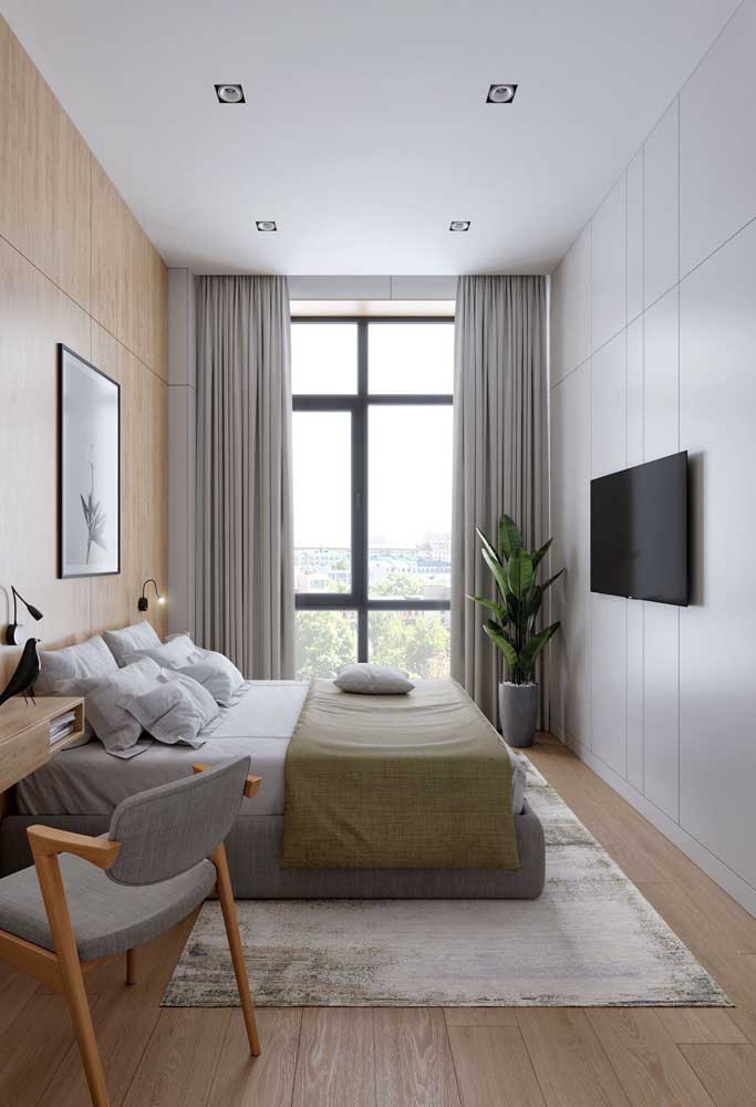 Esqueça o rack para TV no quarto pequeno porque você não tem espaço para isso. O ideal é fixar a TV na parede.