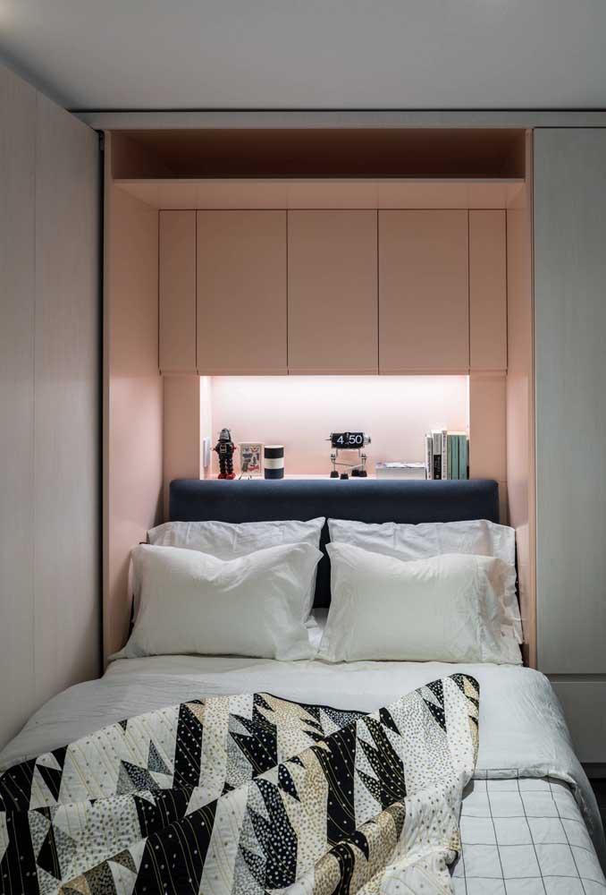 Veja como você pode decorar a cabeceira da cama com seus itens pessoais,