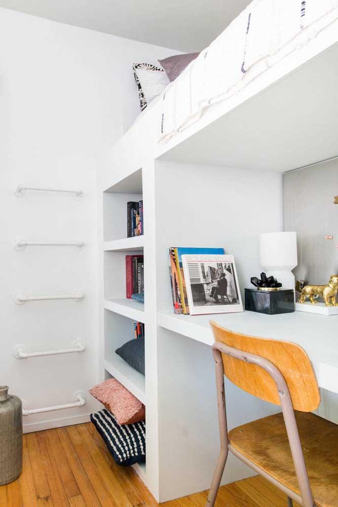 Deixe a cama no alto e na parte debaixo coloque uma escrivaninha para seus estudos ou trabalho.