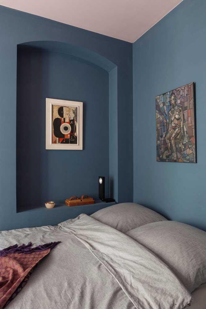 Mas é possível ter um quarto pequeno e decorá-lo com cores mais fortes como o azul.