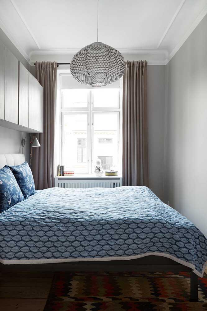 Uma janela com luz natural e uma ótima luminária é o suficiente para o seu quarto pequeno.